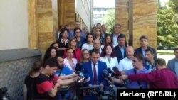 Генералниот секретар на ВМРО-ДПМНЕ Игор Јанушев и пратениците пред Собрание