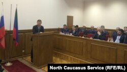 Салман Дадаев выступает перед махачкалинскими депутатами