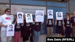 Prosvjednici s fotografijama progonjenih aktivista u Azerbejdžanu