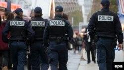 2015 жылғы қарашадағы шабуылдардан кейін Париж көшесінде қауіпсіздікті қадағалап жүрген француз полиция қызметкерлері. (Көрнекі сурет.)