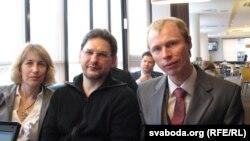 Ігар Барысаў (справа) , актывісты БСДП Ігар Вяляеў і Жана Семянтовіч на форуме ў Вільні