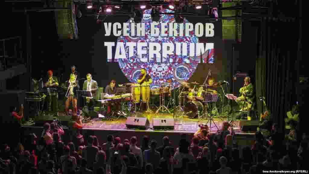 У концерті взяли участь друзі Усеїна – молоді, вже відомі або, як жартували самі виконавці, колишні відомі, музиканти
