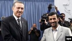 Премьер Турции Эрдоган (слева) и президент Ирана Махмуд Ахмадинежад (справа) в Тегеране