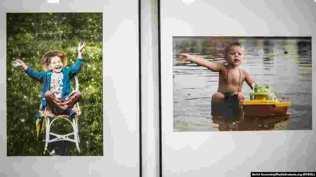 Окрема зала відведена для фотографій, авторам яких ще не виповнилось 18 років. Зліва – робота Марії Ткач (15 років), справа – Ірини Кольдюби (14 років