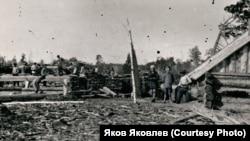 Постройка домов в п. Палочке Кетской комендатуры. Из фондов Нарымского музея политической ссылки