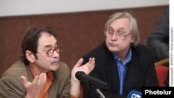 Չենգիզ Աքթայը (ձ) ելույթ է ունենում կոնֆերանսում: Երեւան, 15-ը մարտի, 2011թ.