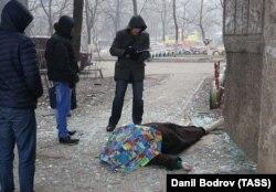 Тело пожилой женщины у одного из жилых домов в районе Восточный
