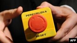 У 2009 році, під час зустрічі в Женеві, міністр закордонних справ РФ Сергій Лавров та тодішня держсекретар США Хілларі Клінтон натискали символічну кнопку, яка мала означати зміни у відносинах між країнами. Щоправда, російський варіант слова «перезавантаження» написали з помилкою