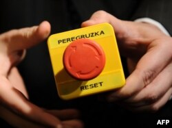 Та сама кнопка в руках Гілларі Клінтон, 6 березня 2009 року