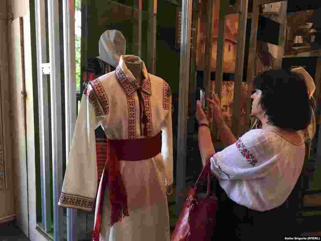 În cadrul Muzeului a fost expusă o colecție amplă de costume popularedin mai multe regiuni ale Republicii Moldova dar și România.