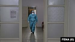 Medicinski radnik pod zaštitnom opremom u Bosni i Hercegovini