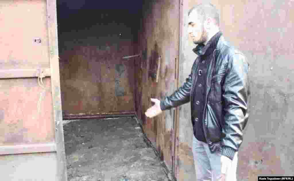 Погорелец Иззаджан Насымов показывает на железный контейнер, в котором, по его словам, руководители Турксибского района Алматы предлагают устроить кухню.