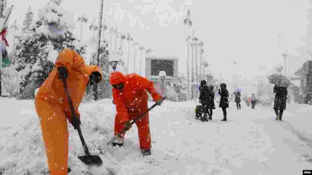 بارش برف شرایط را برای رانندگی در ایران دشوار ساخته است