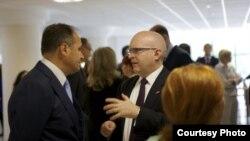 Shkup - Ministri i Punëve të Jashtme të Kosovës, Enver Hoxhaj (M) me zëvendësndihmës sekretarin amerikan të Shtetit, Philip Reeker (D), gjatë pjesëmarrjes në takimin ministror të Kartës SHBA-Adriatik (A5) në Shkup, 18Qershor2013