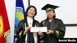 Раиса Атамбаева (слева) получила звание профессора.