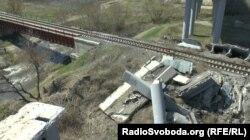 Розв'язка луганської окружної дороги в руїнах, під нею – розчищена залізнична гілка