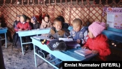 Дети вынуждены учиться в юрте. Село Кожокелен, Кара-Сууйский район. 2016 год.