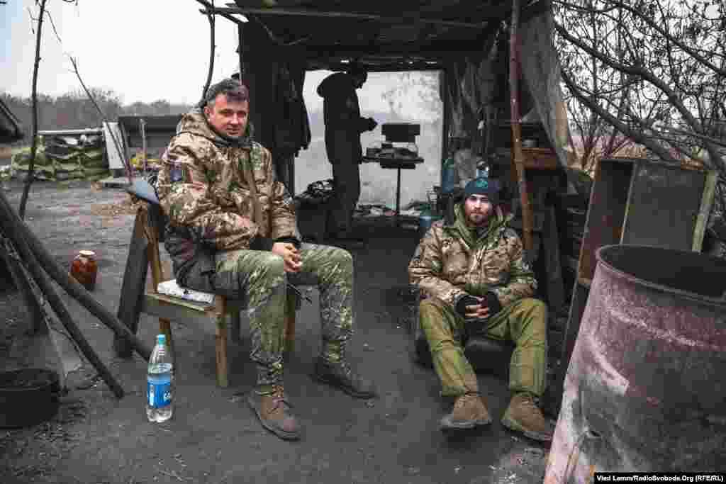 """Бойцы полка """"Днепр-1"""" с позывными """"Москит"""" и """"Гоша"""" на одном из блокпостов в городе."""