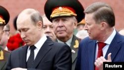 Președintele rus Vladimir Putin (stînga) și șeful administrației prezidențiale Serghei Ivanov (primul din dreapta), la marcarea a 72 de ani a invaziei naziste din al doilea război mondial, Moscova, 22 iunie 2013.