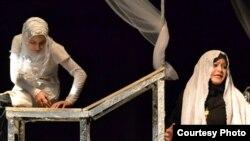 مشهد من مسرحية حدادج الليالي الثلاث