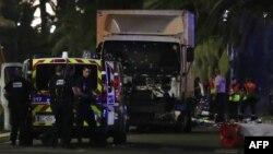 Polis ağ rəngli yük maşınını dövrələyib