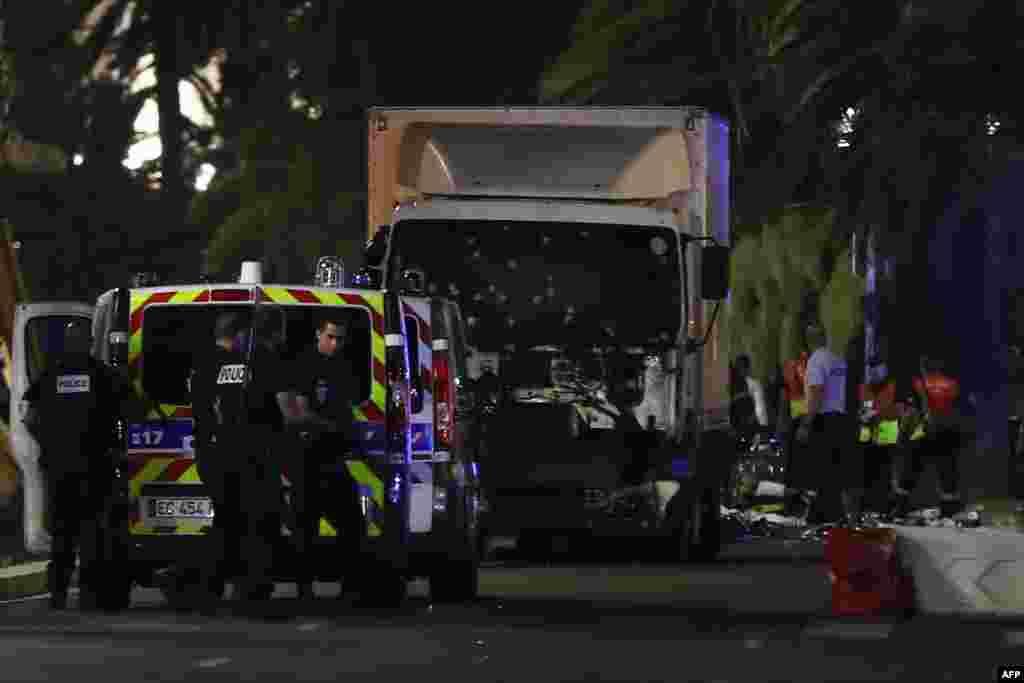 Полиция и спасатели рядом с грузовиком, ставшим орудием убийства. 14 июля 2016 года.