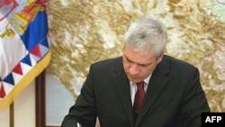 Борис Тадич, раиси ҷумҳури Сербистон, қарори парокандашавии порлумони Сербияро имзо кард, 13 марти 2008