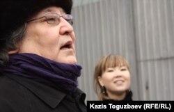 Болат Атабаев, театральный режиссер и оппозиционный политик. Справа от него Алия Турусбекова, жена оппозиционного политика Владимира Козлова. Алматы, 10 марта 2012 года.