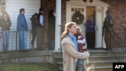 Жителите на Конектикат пред црква во близина на местото на убиствата