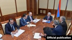 Armenia - President Serzh Sarkisian holds consultations on boosting Armenian-French trade and economic relations, 4March, 2016