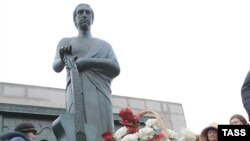 Russia -- Monument of actor, singer/songwriter Vladimir Vysotsky unveiled in Samara, 25Jan2008