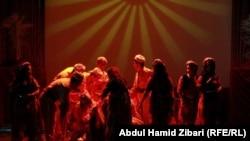 مشهد من مسرحية قدمت في افتتاح مهرجان اربيل الدولي للمسرح