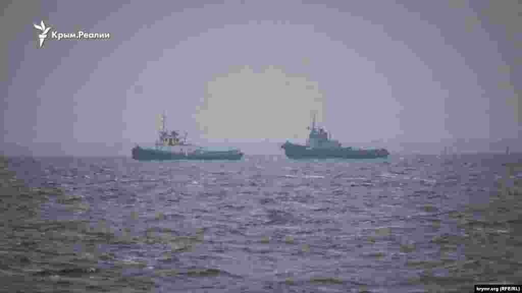 Военное судно «Яны Капу» буксируют из Керчи в порт Очакова