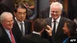 نمایندگان پنج عضو دائم شورای امنیت سازمان ملل، در حال رایزنی با یکدیگر، ساعتی پیش از تصویب دور چهارم تحریمهای شورای امنیت علیه ایران در خرداد ماه ۱۳۸۹