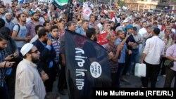 متظاهرون في ميدان التحرير بالقاهرة في يوم 9/11/2013 بينهم من يحمل علم تنظيم القاعدة.