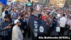 سلفيون مصريون يحملون علم تنظيم القاعدة في تظاهرة بميدان التحرير في القاهرة