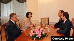 Presidentja e Kosovës Atifete Jahjaga në takim me ministrin e Jashtëm Enver Hoxhaj, ambasadorin në SHBA, Akan Ismajli dhe këshilltarin, Ramush Tahiri, 18 prill, 2012