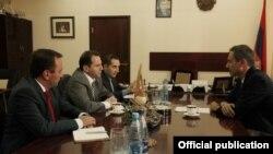 Հայաստան -- Կարմիր խաչի ներկայացուցիչների հանդիպումը հայաստանյան պաշտոնյաների հետ, Երեւան, 30-ը հուլիսի, 2013թ․