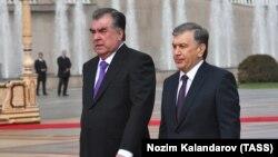 Эмомали Рахмон (слева) и Шавкат Мирзиеев в Душанбе. 9 марта 2018 года.