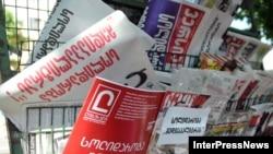 """На главных страницах под логотипами не было привычного текста и картинок – ничего, кроме слогана на всю страницу: «Солидарность с """"Медиа Палитра!""""»"""