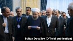 Алгачкы президенттик мөөнөтүнө 2013-жылдын август айында киришкен Хасан Роуханинин (ортодо) Бишкектеги сапары, 23-декабрь 2016-жыл.