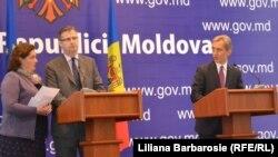 Diplomatul Dirk Schuebel și premierul în exercițiu Iurie Leancă la conferința de presă de la Chișinău