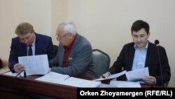 Сейітқазы Матаев (ортада) пен Әсет Матаев (оң жақта) және адвокат Андрей Петров. Астана, 27 қыркүйек 2016 жыл.