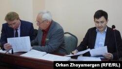 Адвокат Андрей Петров (сол жақта), Сейітқазы Матаев (ортада) және Әсет Матаев. Астана, 27 қыркүйек 2016 жыл.