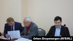 Сейітқазы Матаев пен Әсет Матаев және адвокат Андрей Петров. Астана, 27 қыркүйек 2016 жыл.