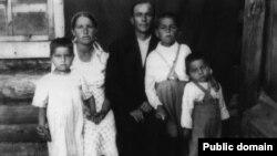 Сім'я Ганієвих, зліва направо: батьки Айше та Іззет, діти Діляра, Шевкет і Нусрет. Барак. Марійська АРСР, селище Суслонгер. 30 липня 1946 року