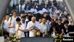 Люди моляться у меморіальному парку в Хіросімі, 6 серпня 2010 року