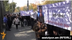Աշոտ Առուշանյանի հարազատները նախագահականի մոտ, 11-ը նոյեմբերի, 2014թ.