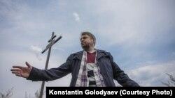 Константин Голодяев у памятного креста Никольской церкви