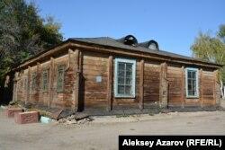 Бывшая казарма на 125 человек может являться самым старым зданием верненского периода, датируется 1858 годом. Алматы, 29 сентября 2018 года.